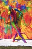 De vrouw stelt voor fotos bij kleurrijke achtergrond Royalty-vrije Stock Fotografie