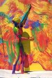 De vrouw stelt voor fotos bij kleurrijke achtergrond Royalty-vrije Stock Afbeeldingen