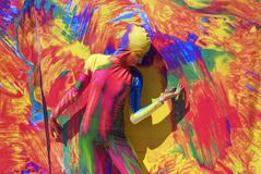 De vrouw stelt voor fotos bij kleurrijke achtergrond Stock Afbeeldingen