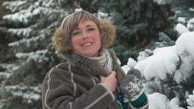 De vrouw stelt in de winter bos, mooi landschap met sneeuwsparren stock video