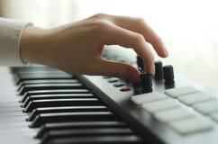 De vrouw stemt de synthesizer royalty-vrije stock afbeeldingen