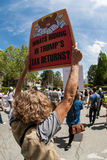 De vrouw steunt Teken in de Belastingsprotest Maart van Atlanta Stock Afbeeldingen