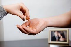 De vrouw stijgt een verlovingsring, familieconflict op stock fotografie