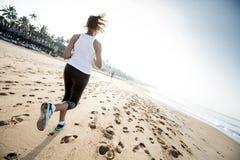 De vrouw stoot langs de kust op een donkere dag aan Stock Foto's
