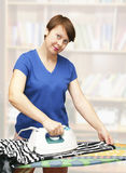 De vrouw strijkt kleren Royalty-vrije Stock Foto