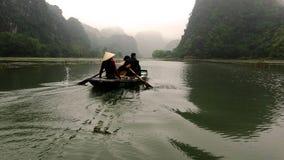 De vrouw stuurde de boot met haar benen royalty-vrije stock fotografie