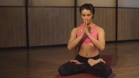 De vrouw Sukhasana aantonen of de Gemakkelijke yoga die stelt stock videobeelden