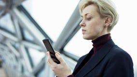 De vrouw surft Internet de mededeling en het verzenden van belangrijke dossiers, de bedrijfsdame in het bureau, houden stock footage