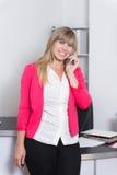 De vrouw telefoneert in het bureau Royalty-vrije Stock Afbeelding