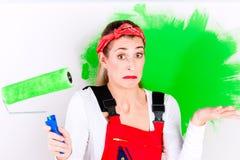 De vrouw thuis verbetering en het schilderen stock foto