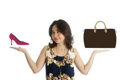 De vrouw toont beeld van schoen en zak Stock Foto