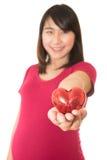 De vrouw toont geïsoleerde harthanden Royalty-vrije Stock Afbeelding