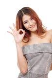 De vrouw toont goedkeuring, overeenkomst, het goedkeuren, positief handteken Stock Afbeelding