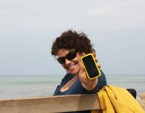 De vrouw toont haar telefoon stock afbeelding