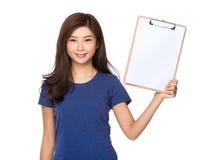 De vrouw toont met leeg document van klembord Stock Afbeelding