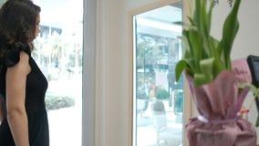 De vrouw toont nieuwe kleding aan, draaiend voor spiegel in opslag stock video
