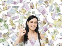 De vrouw toont o De euro nota's vallen onderaan over geïsoleerde achtergrond Royalty-vrije Stock Fotografie