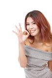 De vrouw toont o.k., goedkeuring, het goedkeuren, positief handteken Royalty-vrije Stock Afbeeldingen