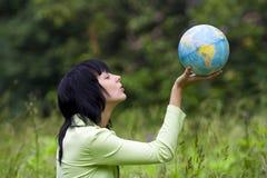 De vrouw toont op globaal Stock Afbeelding