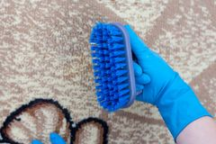 De vrouw toont vuile borstel na het schoonmaken van tapijten royalty-vrije stock fotografie