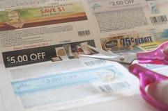 De vrouw treft voorbereidingen om coupon te snijden Royalty-vrije Stock Foto's