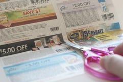 De vrouw treft voorbereidingen om coupon te snijden royalty-vrije stock fotografie