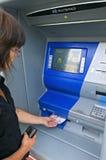 De vrouw trekt contant geld van een cashpoint terug, Portugal royalty-vrije stock foto