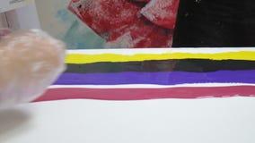 De vrouw trekt een beeld van een vloeibare kunst op canvas stock videobeelden