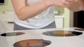 De vrouw trekt een beeld van een vloeibare kunst op canvas stock footage