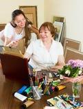 De vrouw trekt een beeld voor haar bewonderaar Royalty-vrije Stock Foto
