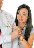 De vrouw trekt een man uit het geld Tasche.Dollar Stock Foto