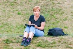 De vrouw trekt in het park royalty-vrije stock foto