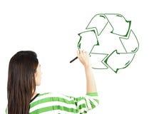 De vrouw trekt kringloop recyclingsteken royalty-vrije stock foto's