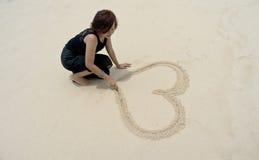 De vrouw trekt liefdevorm Stock Fotografie
