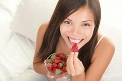 De vrouw van aardbeien Stock Afbeelding
