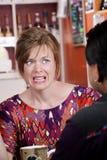 De vrouw van Appalled in koffiehuis met mannelijke vriend Stock Foto's