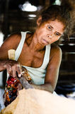De Vrouw van Batak-stam afwijkende met de hand gemaakte doek Royalty-vrije Stock Foto's