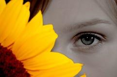De vrouw van Beatufiul met zonnebloem Stock Foto