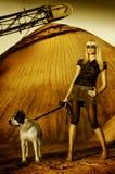 De vrouw van Beautifull met witte hond royalty-vrije stock afbeeldingen