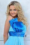 De vrouw van Beautiul in blauwe kleding. royalty-vrije stock fotografie