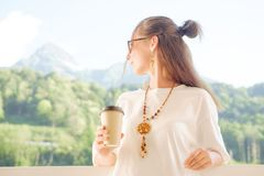 De Vrouw van Beautuful met kop van Koffie stock fotografie