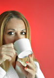 De Vrouw van Beautuful met kop van Koffie Royalty-vrije Stock Foto