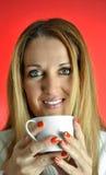 De Vrouw van Beautuful met kop van Koffie Royalty-vrije Stock Afbeelding