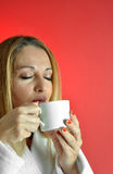 De Vrouw van Beautuful met kop van Koffie Royalty-vrije Stock Fotografie