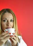 De Vrouw van Beautuful met kop van Koffie Stock Foto's