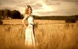 De vrouw van Beautyful op de zomergebied Royalty-vrije Stock Afbeeldingen