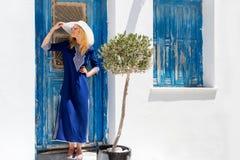 De vrouw van de blondereiziger op een eiland in de Cycladen stock fotografie