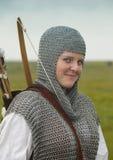 De vrouw van bogen/middeleeuws pantser stock afbeelding