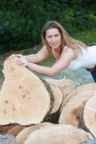 De vrouw van boomboomstammen Royalty-vrije Stock Foto's