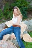 De vrouw van boomboomstammen Royalty-vrije Stock Foto